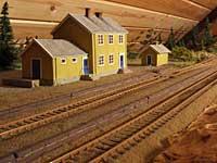 Gystad stasjon, med scratchbygget privet i bakgrunnen